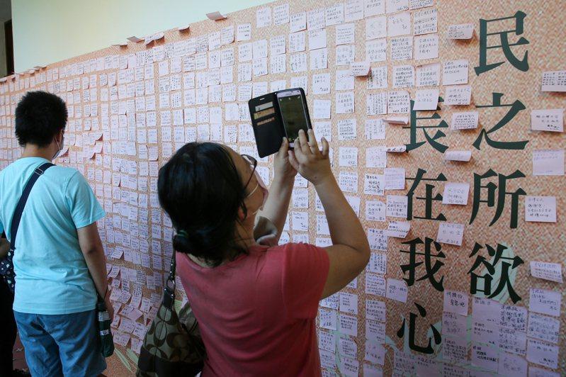 許多民眾前往設於台北賓館內的故總統李登輝緬懷追思會場致意,並留下追思小紙條。 聯合報系記者季相儒/攝影