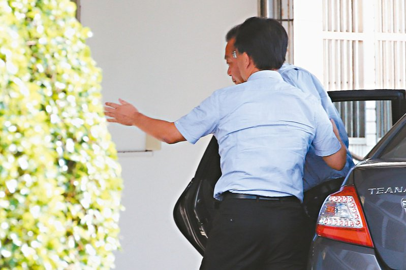 立法院再爆集體貪汙案,立委蘇震清(後)昨進入調查局北機站接受訊問。記者葉信菉/攝影