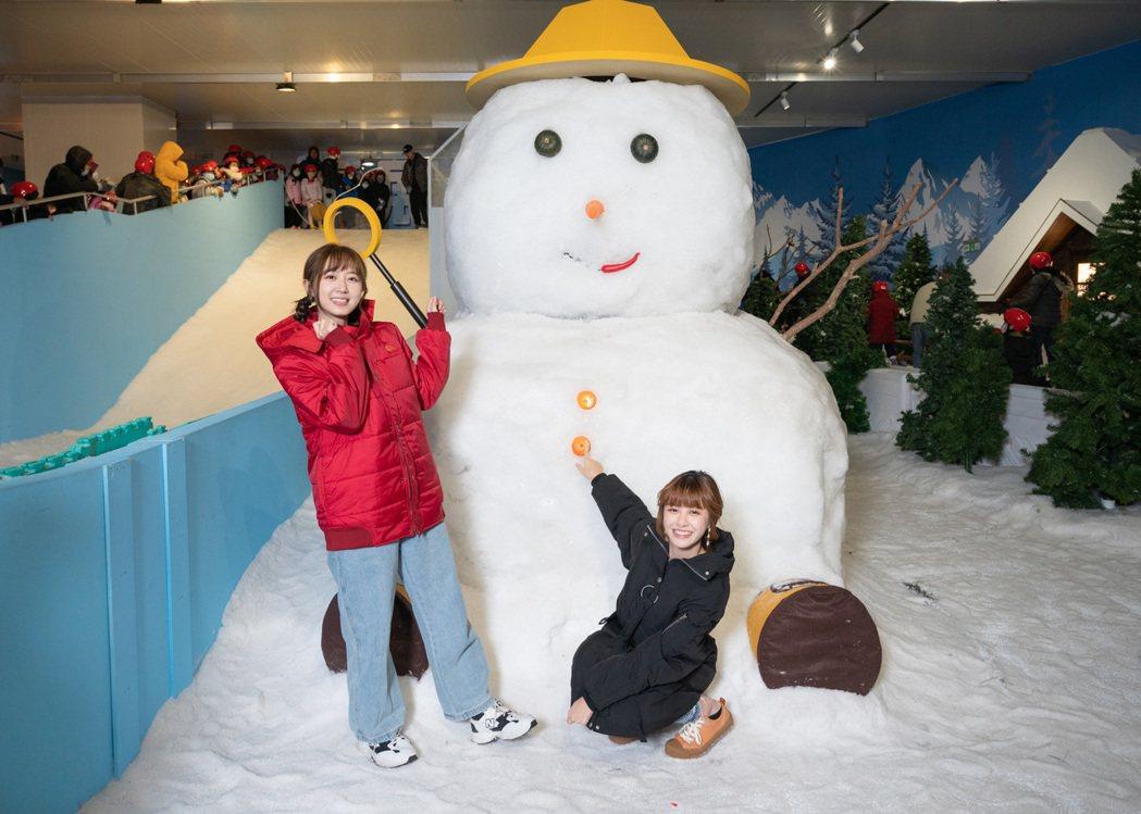 洪詩(左)、宇珊參觀「雪展」。圖/寬宏藝術提供