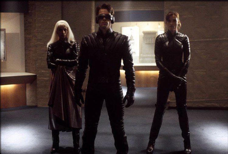 超級英雄大片目前是電影市場常勝軍,但若無20年前「X戰警」首集在美締造出色票房、打下良好基礎,可能就沒有現在的榮景。雖然「X戰警」已是漫畫電影粉絲眼中的經典,幕後拍攝過程卻是雞飛狗跳、烏煙瘴氣,最新...