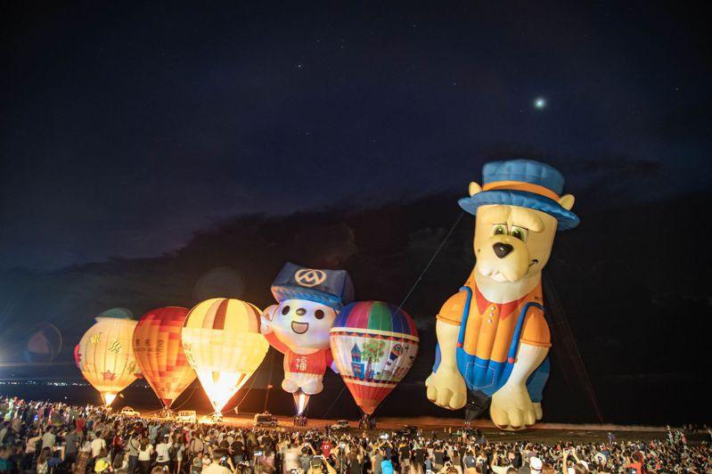 沙灘上6顆熱氣球展球噴發火焰時,遊客無不驚呼連連,紛紛拿起手機、相機拍照紀念。圖/台東縣政府提供
