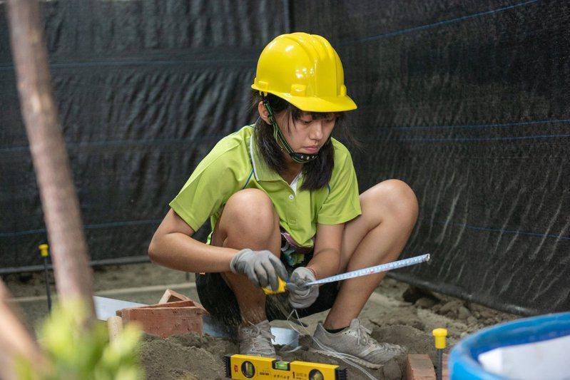 造園科學生造園景觀施工。圖/教育部提供