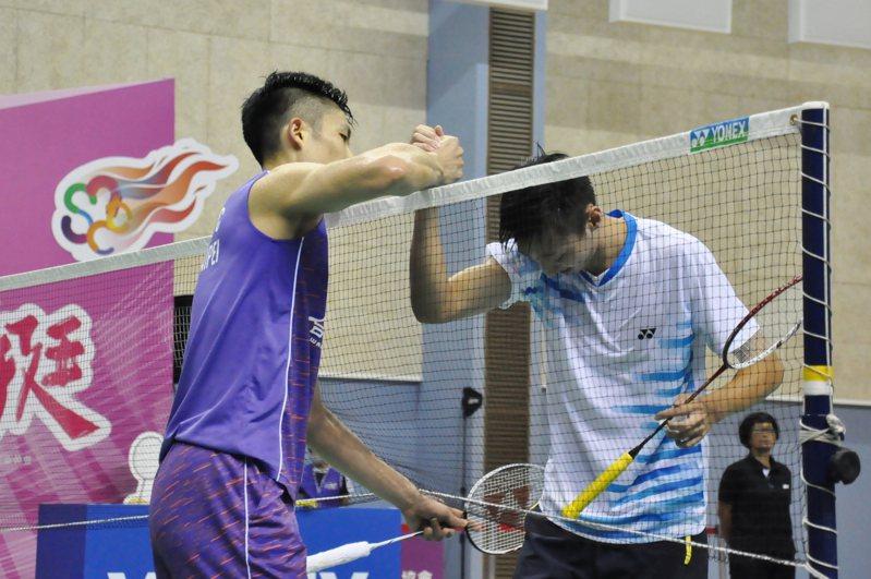 周天成(左)擊敗蘇力揚後隔網握手。記者曾思儒/攝影