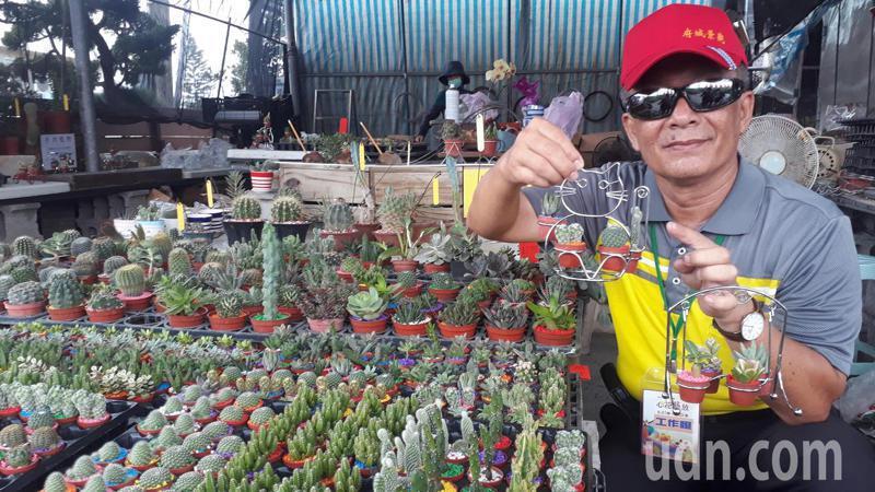 台南市「心花藝放」藝術節今天在歸仁七甲花卉區登場,業者展出超迷你盆栽。記者周宗禎/攝影