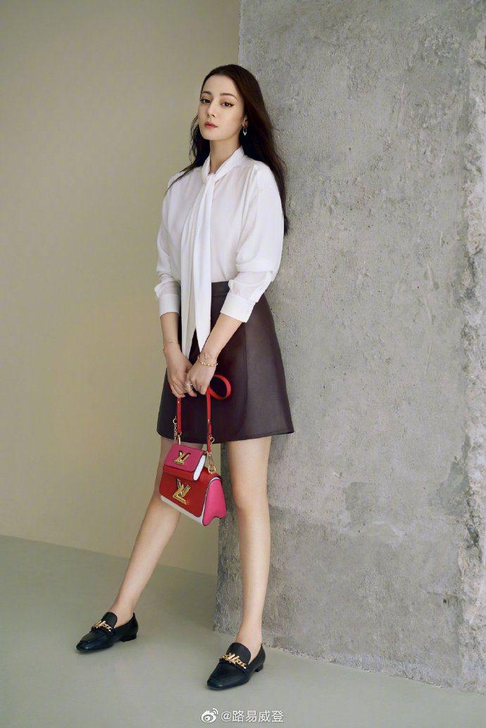 迪麗熱巴長腿搭襯Twist春夏新款。圖/取自微博