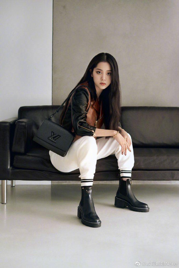 歐陽娜娜詮釋霧面黑經典款Twist手袋。圖/取自微博