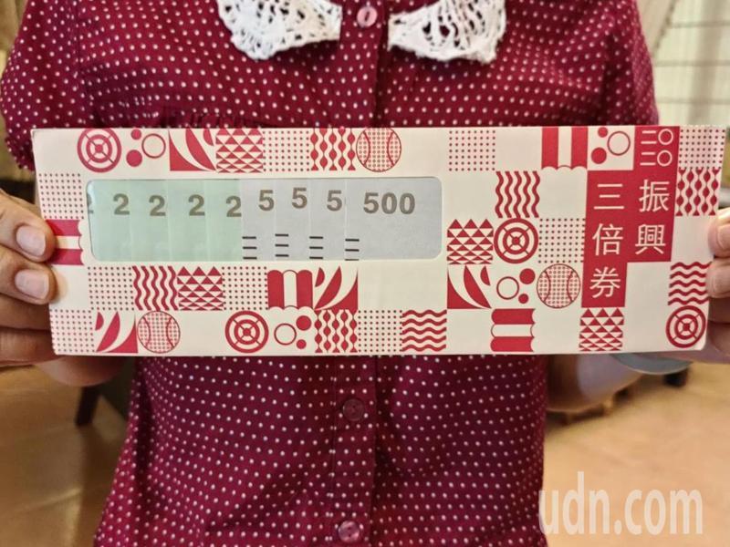 暑假只剩1一個月,新學期馬上就要開學,台東縣有部分偏鄉民眾近來陸續向學校反映「希望能拿振興經濟三倍券」幫子女註冊繳學費。記者羅紹平/攝影