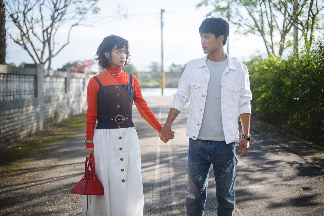 嚴正嵐(左)、李冠毅演出「老姑婆的古董老菜單」。圖/華視提供