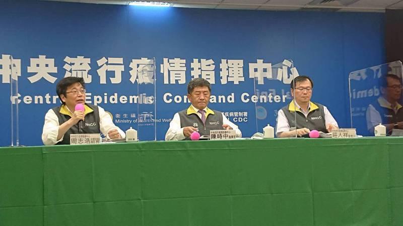 中央流行疫情指揮中心記者會出席名單,從左至右為指揮中心疫情監測組組長周志浩、指揮官陳時中、發言人莊人祥。記者陳婕翎/攝影
