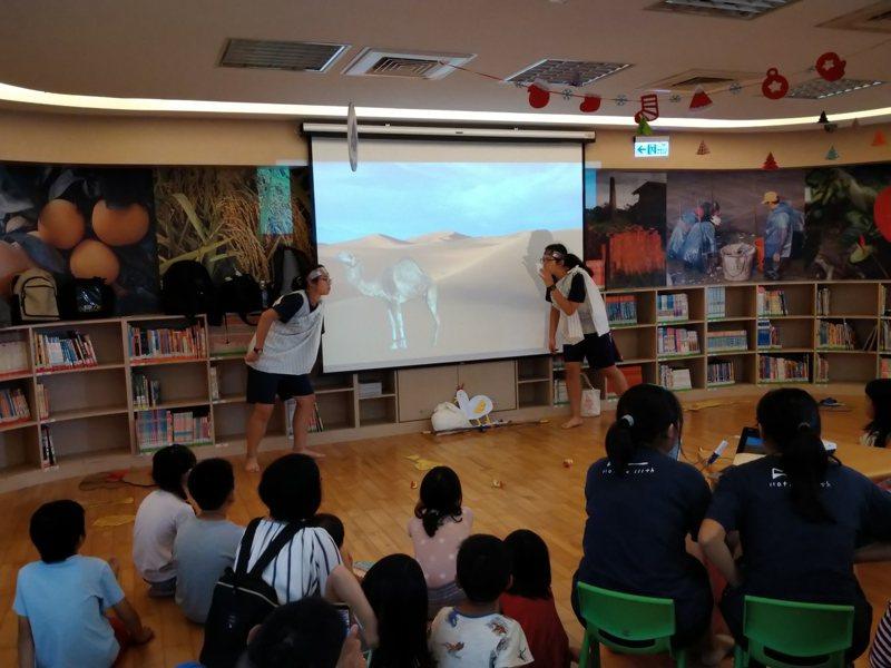 台南市家齊高中科學服務社師生,今天騎單車到六甲圖書館,用短劇說原民的傳說圖/家齊高中提供