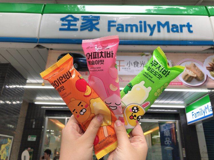 全家便利商店獨家與Kakao Friends聯名推出3款人氣角色造型冰棒,每款售...