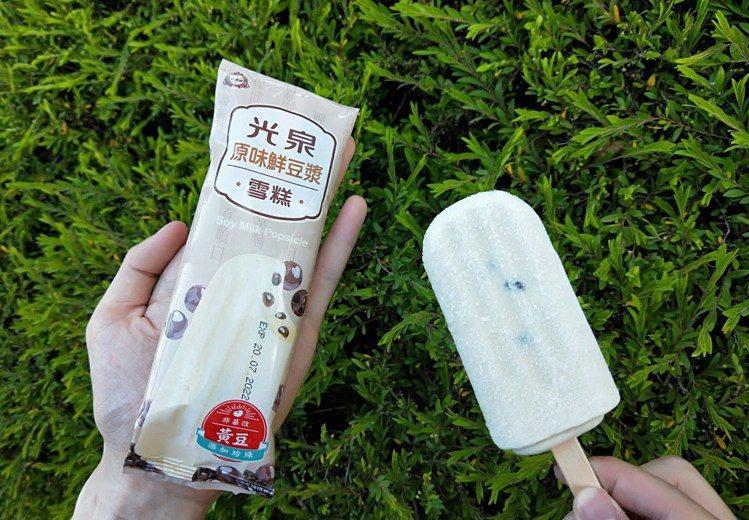 萊爾富獨家推出限量聯名新冰「光泉豆漿珍珠雪糕」,售價30元,全台限量15萬支。圖...