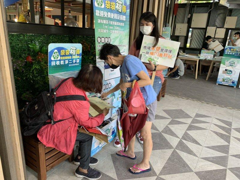 民眾使用不塑市場免費提供的re BAG也享有優惠。圖/新北市環保局提供
