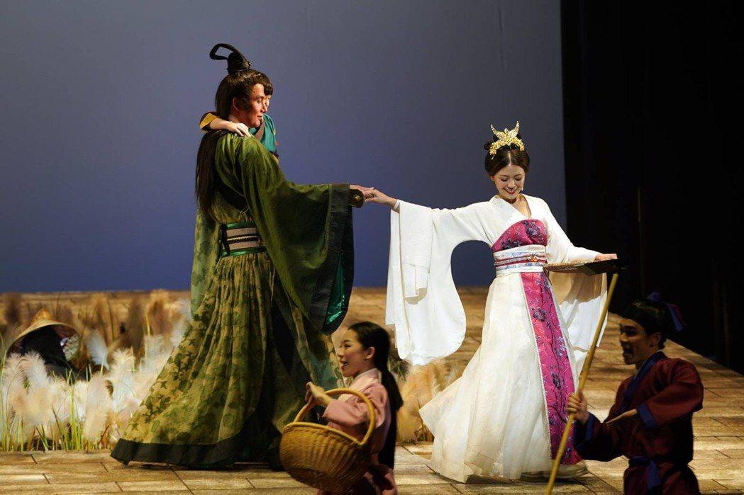 卓文萱(右)、黃志瑋在音樂劇「賽貂蟬」中貂蟬與關羽的愛情動人。圖/全民大劇團提供