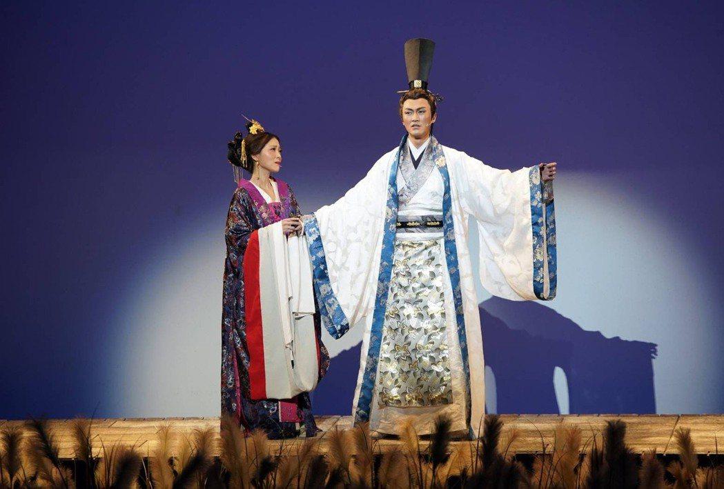 林俊逸(右)在「賽貂蟬」中飾演呂布,因在15度傾斜的舞台上,耍很重的槍「方天畫戟...