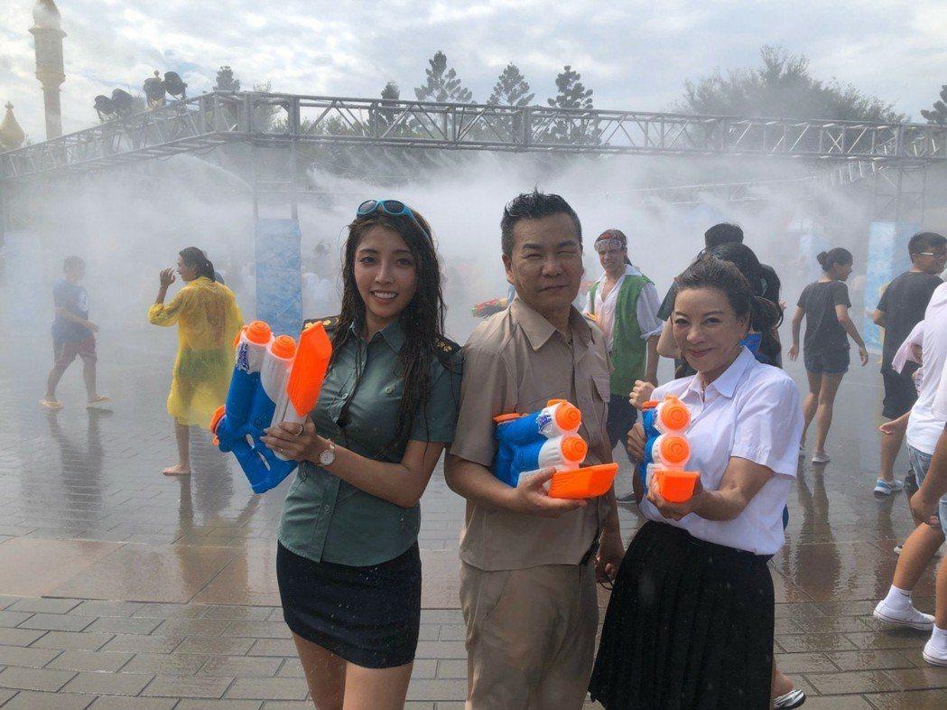 楊繡惠與沈玉琳開心玩水。圖/民視提供