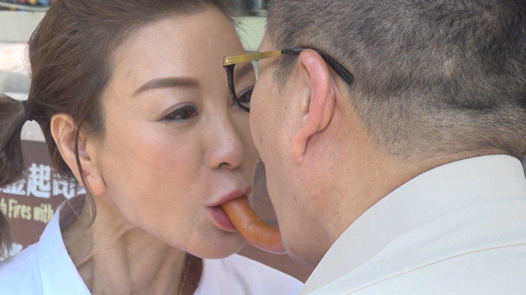 楊繡惠被迫與沈玉琳合吃熱狗。圖/民視提供