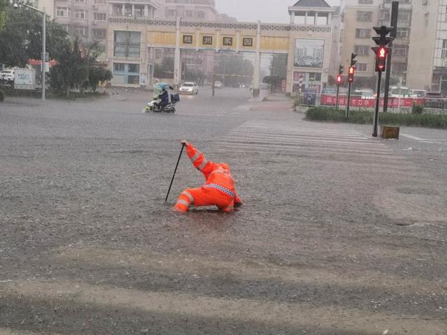 北京連下數日暴雨,市區淹成水鄉,交通受阻。取自北京日報