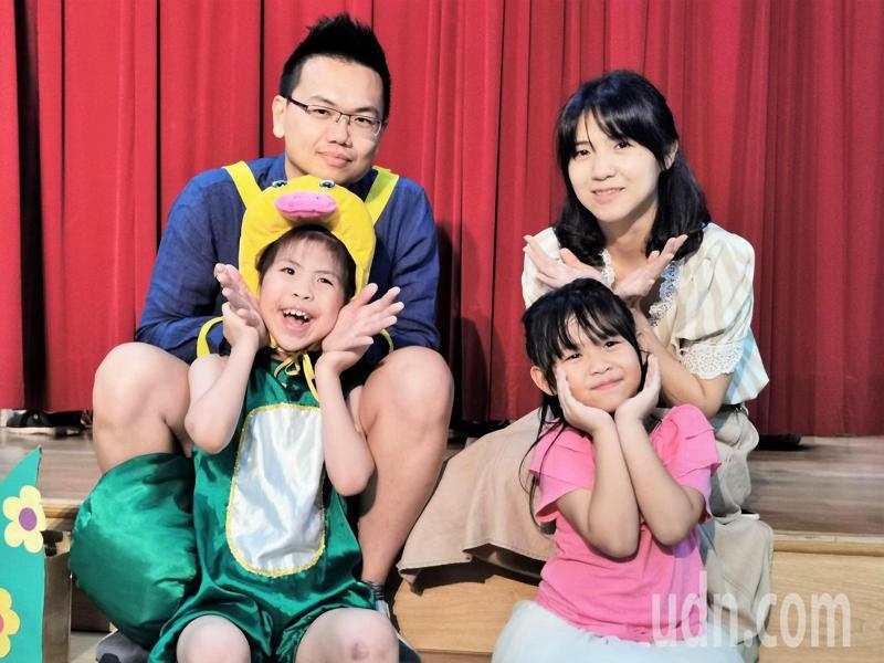 黃全勝(左後)說女兒黃可茵(左前)徹底改變他的人生,期許父母、師長都要認知有「學不會」這件事,陪伴孩子成長是最大幸福。記者卜敏正/攝影