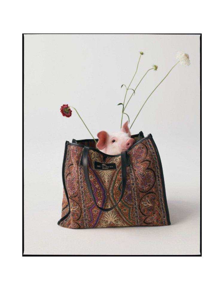 小豬從ETRO的包款探出頭來。圖/ETRO提供
