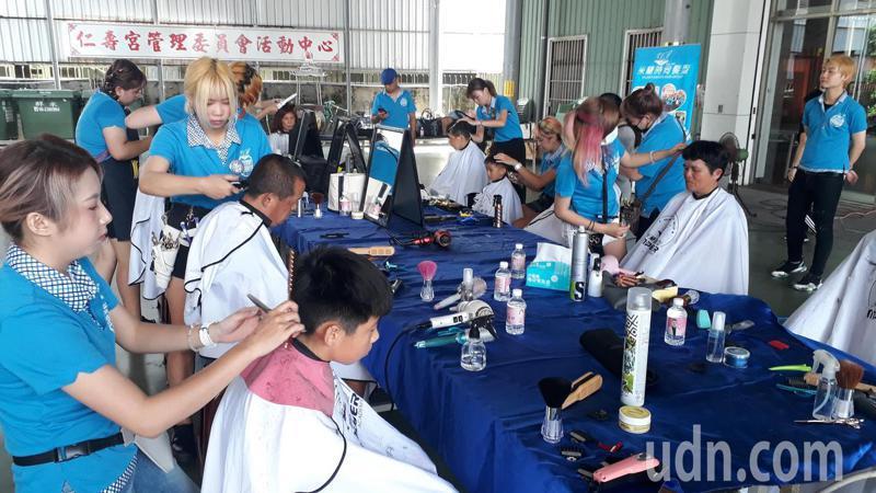市議員鄭佳欣與米蘭時尚髮型今天在仁壽宮廣場舉辦義剪。記者周宗禎/攝影