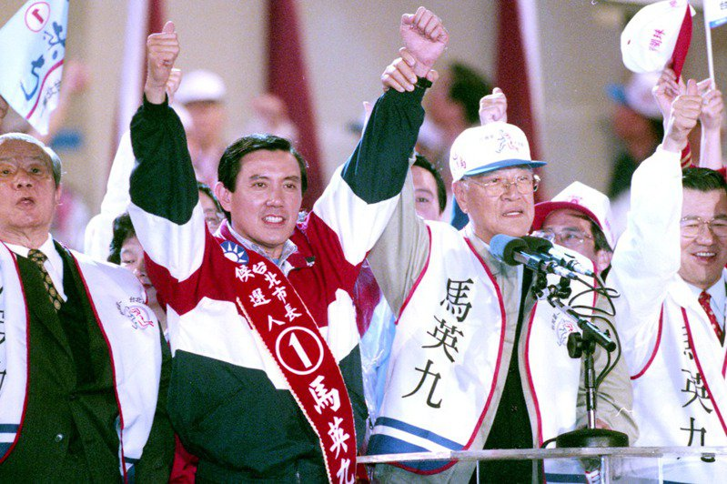 1998年台北市長選舉,國民黨主席李登輝(右二)高舉同黨台北市長候選人馬英九(左二)的手,為馬英九定調「新台灣人」的定位。圖/聯合報系資料照片