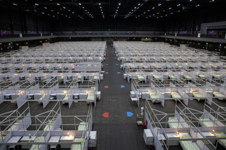 香港亞洲國際博覽館改建為方艙醫院,收容新冠肺炎輕症者。 歐新社