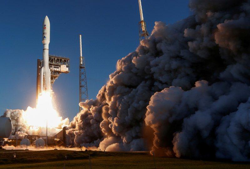 美國擎天神5號運載火箭7月30日載著美國太空總署的毅力號火星探測車,從佛羅里達州卡納維爾角發射升空。路透