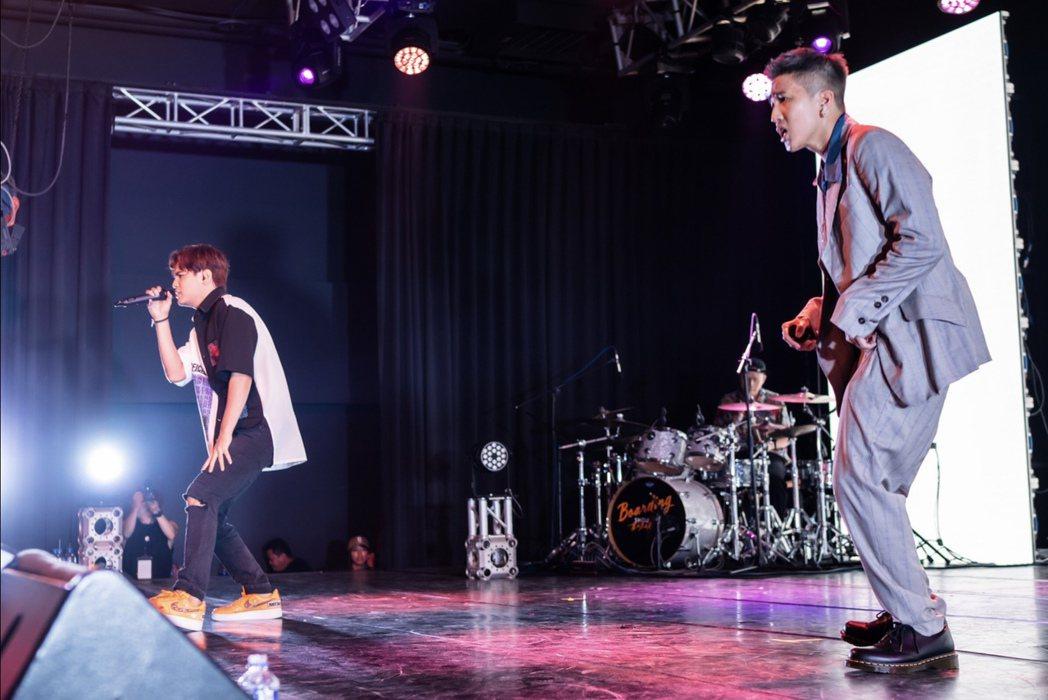 婁峻碩(右)昨晚開唱,好友陳零九擔任嘉賓被當假人。圖/想不到音樂工作室提供