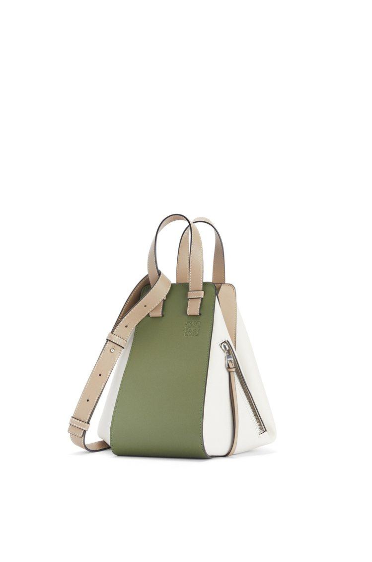 Hammock酪梨綠白拼色小牛皮肩背提包,88,000元。圖/LOEWE提供