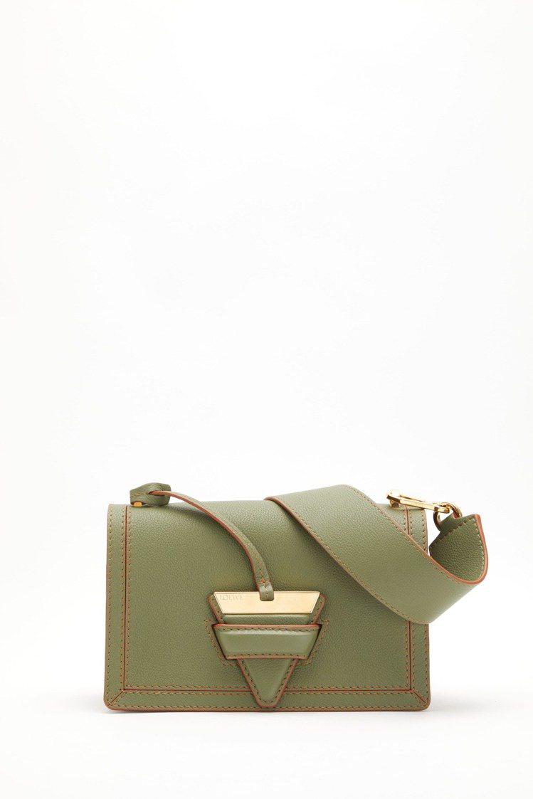 Barcelona酪梨綠小牛皮肩背包,97,000元。圖/LOEWE提供
