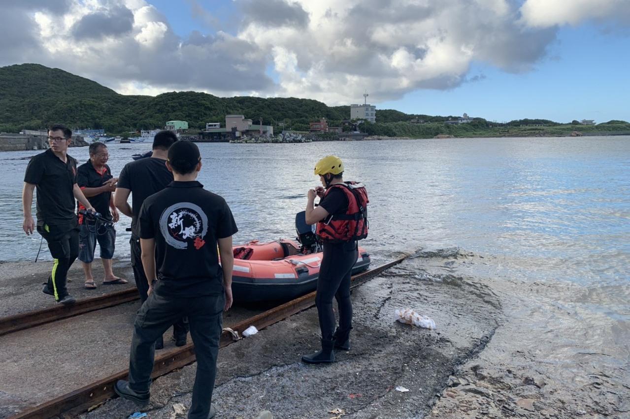 1男1女玩立槳衝浪落水...女子獲救、男子失蹤 消防搜尋中
