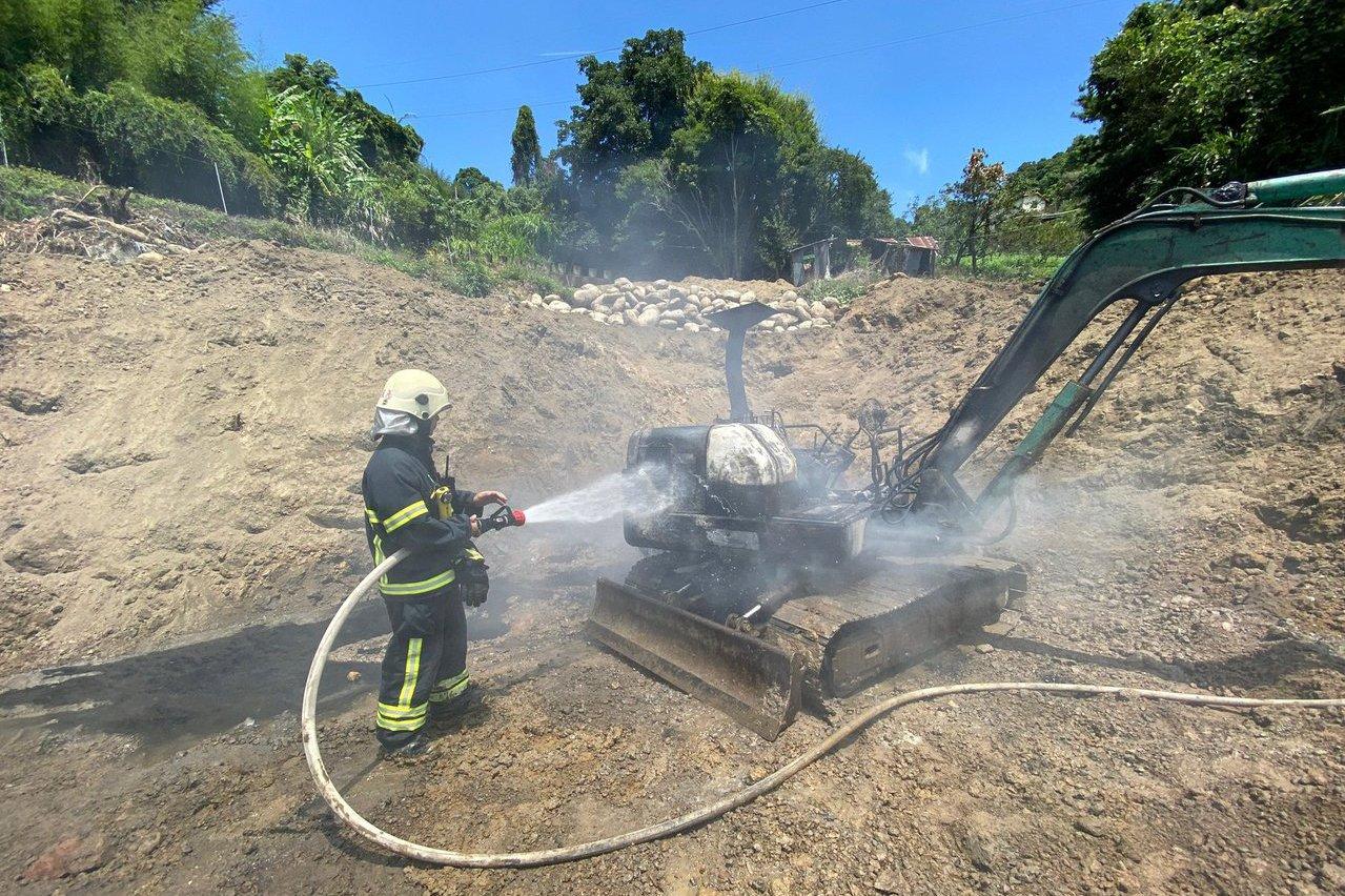 怪手施工中突然起火 消防局籲天熱車內置放物品應注意