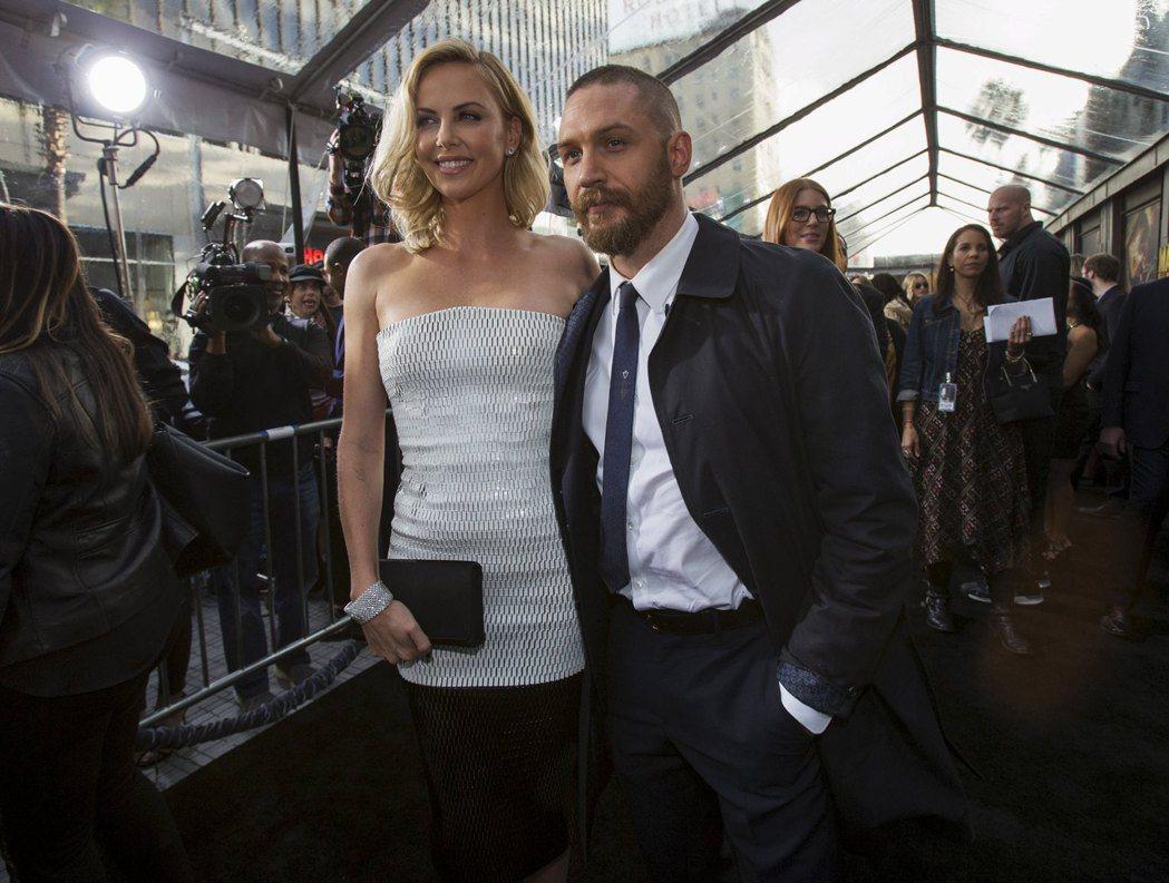 莎莉賽隆(左)與湯姆哈迪拍片時不和,但都保持風度一起出席首映活動。圖/路透資料照...