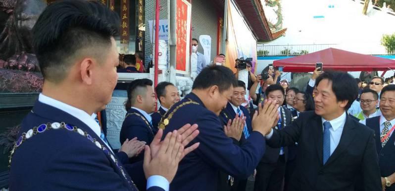國際青商會中華民國總會今在基隆天顯宮舉辦2020北區大會,副總統賴清德出席時與與青商會幹部擊掌打招呼。記者邱瑞杰/攝影