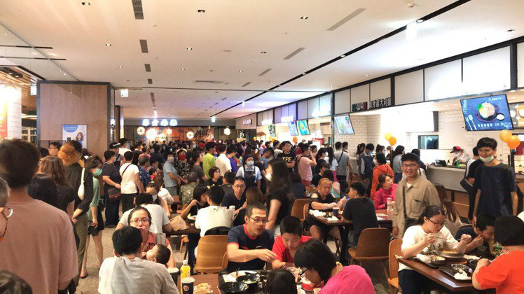 宏匯廣場7樓美食天地幾乎每家餐廳都呈現排隊狀態。圖/讀者提供