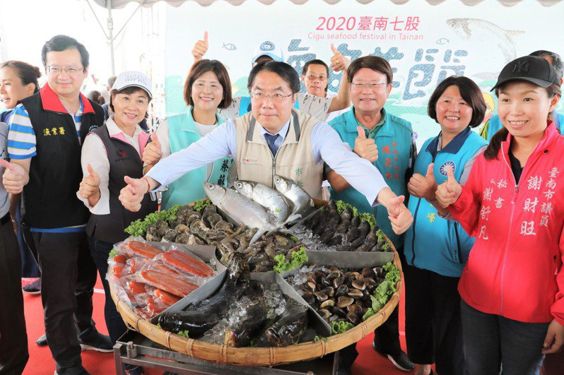 台南市長黃偉哲展示七股海鮮,歡迎大家到台南來玩。圖/台南市府提供