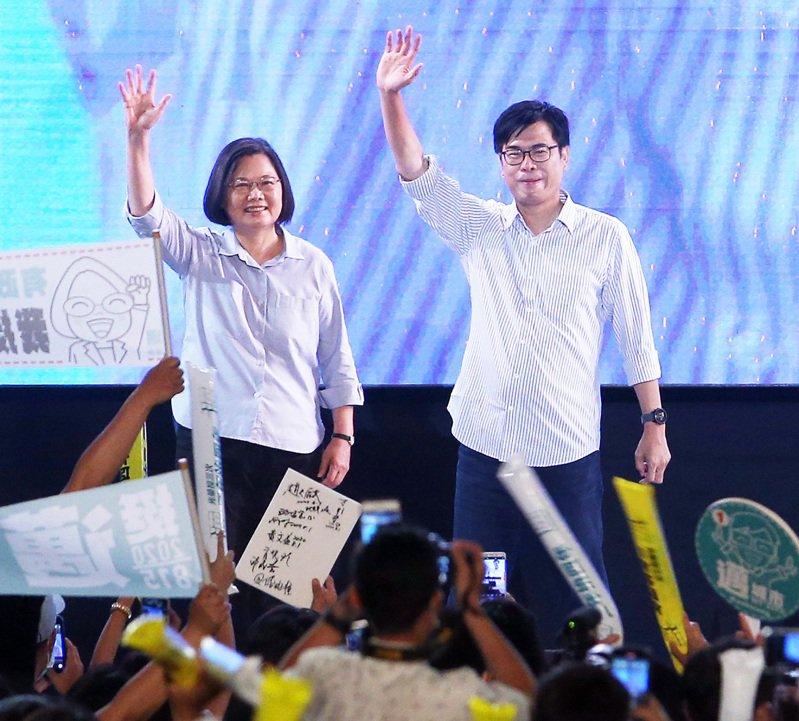 蔡英文總統(左)今天在高雄舉辦社群之夜,為民進黨市長補選候選人陳其邁助攻。記者劉學聖/攝影
