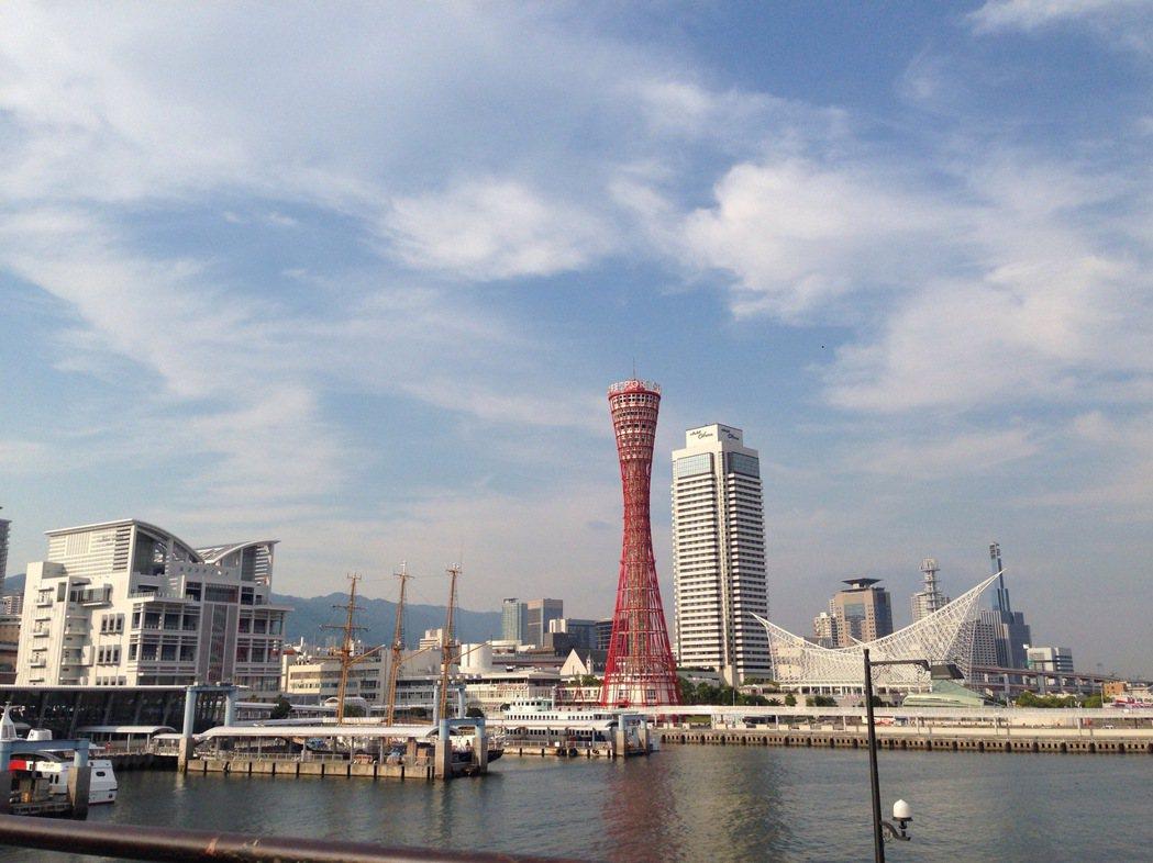 晴空下的神戶港風景遼闊。(本報系資料庫)