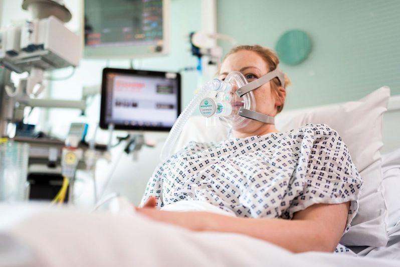 英國科學家表示,新冠病毒可能也會攻擊聽力系統。圖為新冠肺炎住院患者,非研究受試者。(法新社)