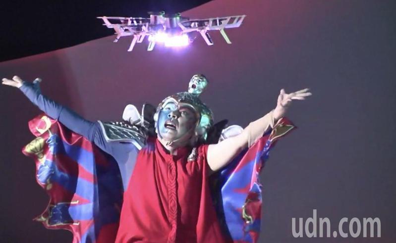故宮南院「嬉遊南院-仲夏夜星幻」表演,結合文化藝術與無人機科技跨界表演,首創400架無人機與舞者互動。記者魯永明/攝影