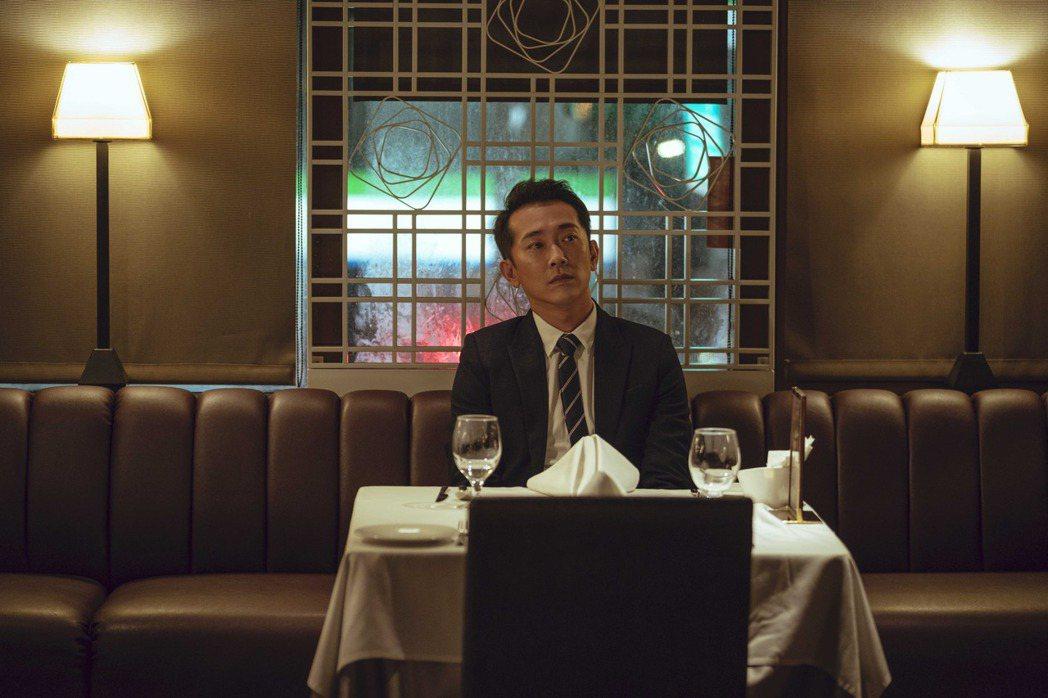 施名帥在戲中差點忘了結婚紀念日,被提醒後立刻預約餐廳慶祝。圖/LINE TV提供