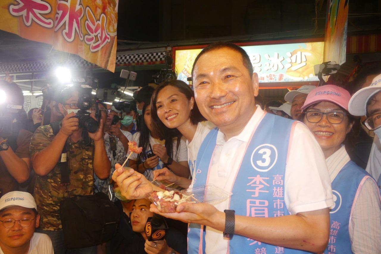 侯友宜高雄助選展現超高人氣 夜市攤商免費招待小吃