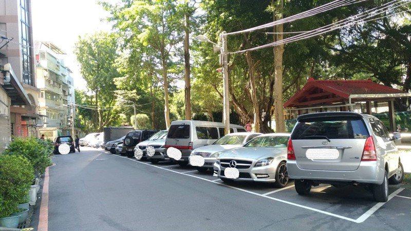 新北市新店區二十張路129巷2弄免費停車格明日起開始收費。圖/交通局提供
