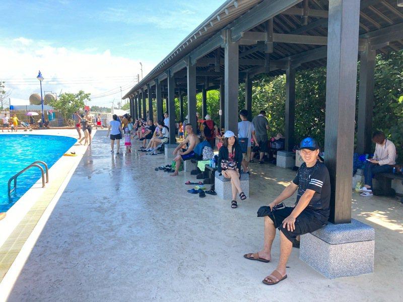 遊客中心正前方沙灘上的木構長廊,影響欣賞大安美麗湛藍的海景及晚霞,市府將其完整保留遷移到游泳池畔。圖/台中市府觀旅局提供