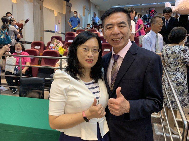 楊火順(右)成為玉成國小新任校長,妻子是士林國小校長吳明郁(左)。記者趙宥寧/攝影
