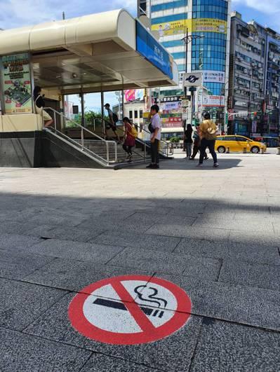 西門捷運廣場禁菸區,昨起違規吸菸者將直接被罰。記者楊正海/攝影
