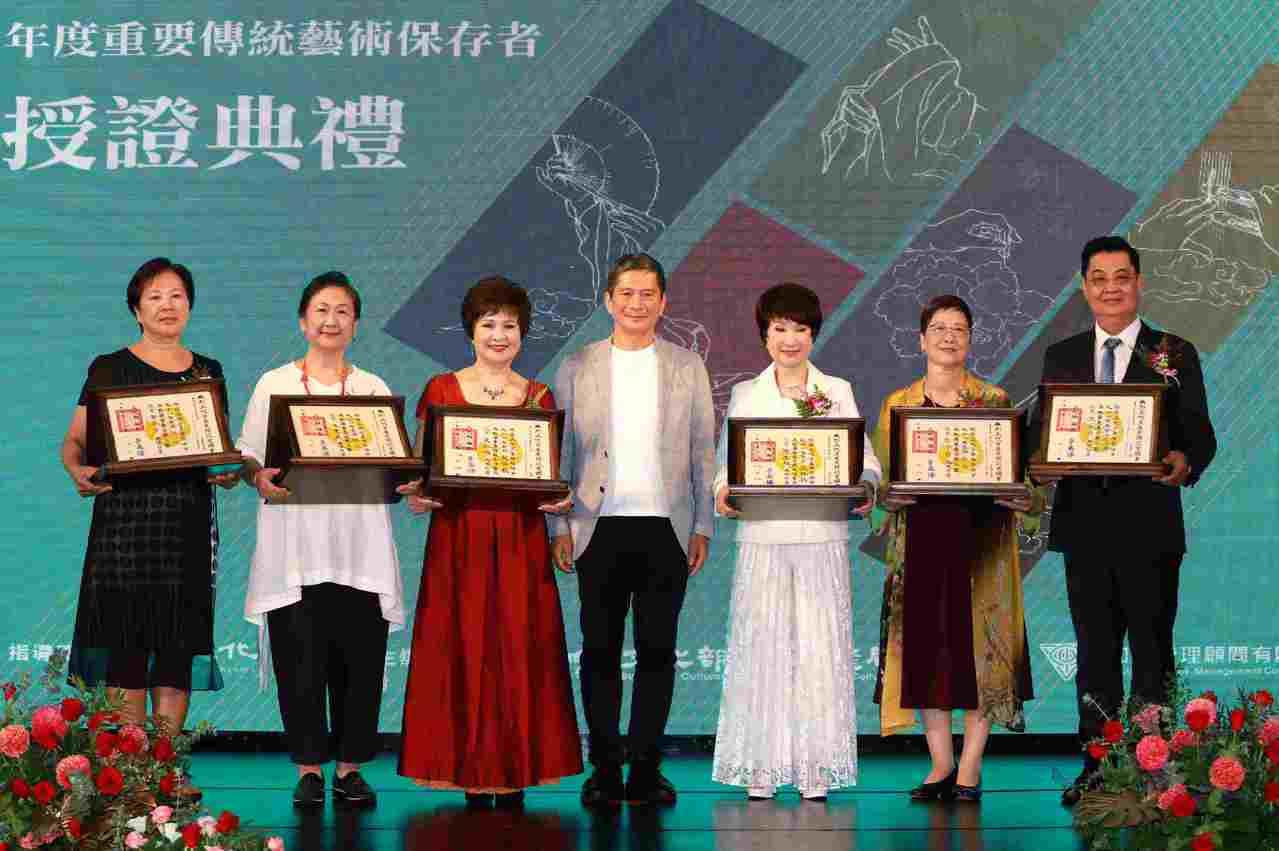 發揚無形文化資產 6名傳統藝術保存者獲頒證書