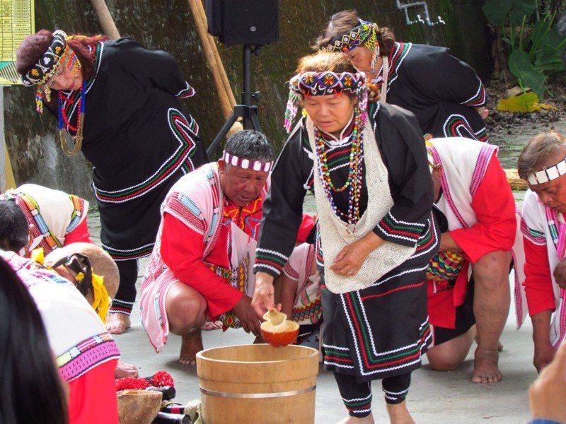 原住民部落每年在小米產季時,都會釀製小米酒供慶典祭祀及宴請外賓飲用。圖/羅娜社區發展協會提供