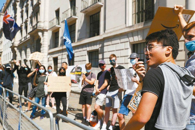 香港延後立法會選舉,示威人士到倫敦的中國駐英國大使館前抗議,包括被港警依國安法通緝的英國駐香港領事館前僱員鄭文傑(右)。 (路透)